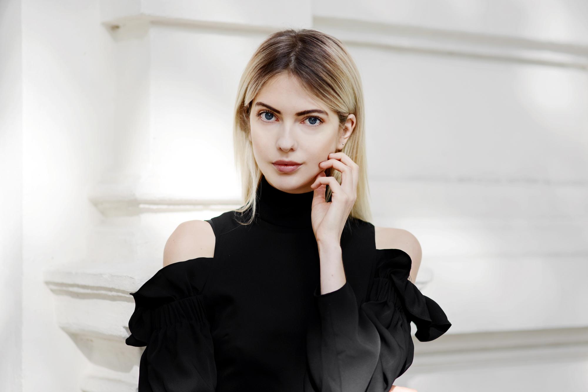 """03987bad2541 Ville bara kika in här och visa några bilder på denna FANTASTISKA klänning.  Äntligen kan man bocka av """"den lilla svarta"""" i bas-garderoben."""